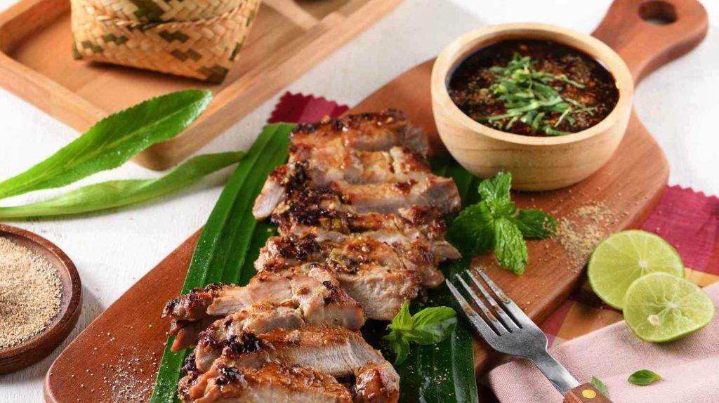 เมนูอาหารที่แสนอร่อย คอหมูย่าง เป็นเมนูที่ใครๆได้ยินแล้วก็ต้องส่ายหัว เพราะด้วยกลิ่นของหมูที่จะต้องนำไปย่าง