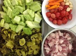 ต้มมะระผักกาดดอง เป็นเมนูที่มีการผสมผสานระหว่างความเปรี้ยวของผักกาดดองกับความขมของมะระ เป็นการผสานรสชาติที่มีความลงตัวเป็นอย่างมาก