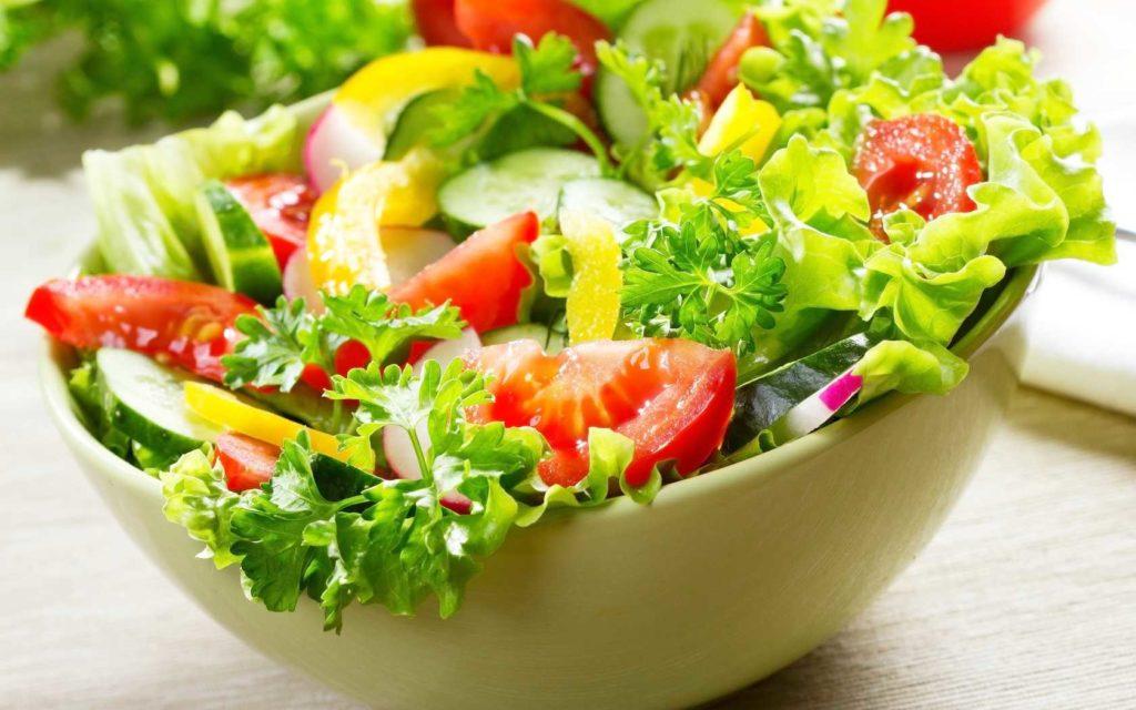 เมนูสลัดไข่เจียว เป็นเมนูที่มาพร้อมกับผักหลากหลาย ซึ่งผักที่ใส่มานั้นก็ล้วนแต่มีประโยชน์