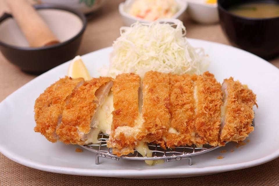 """เมนูอาหารญี่ปุ่นยอดฮิต """"Tonkatsu"""" เป็นเมนูอาหารที่นำหมูมาชุบกับแป้ง และเกล็ดขนมปังทอด"""