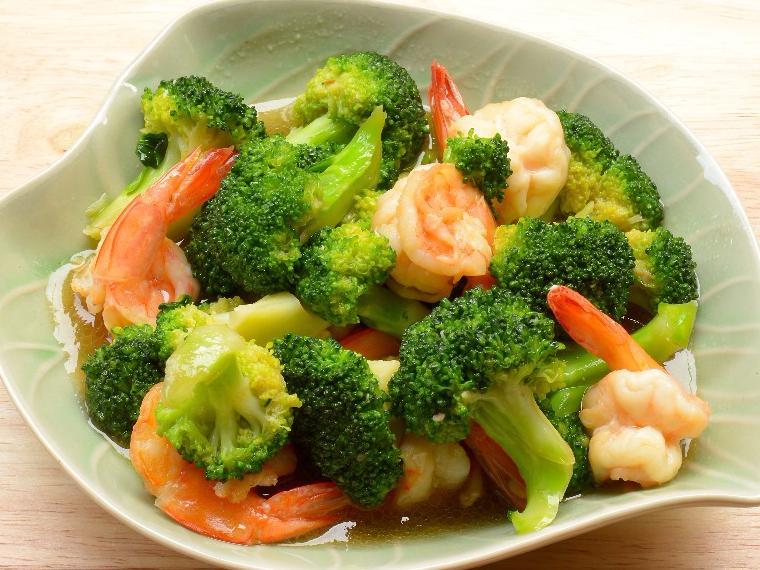 อาหารของคนรักสุขภาพ ที่มีคุณประโยชน์ คือ ผักบรอกโคลี ผักใบเขียวที่รับประทานง่าย และยังสามารถช่วยบำรุงสายตา