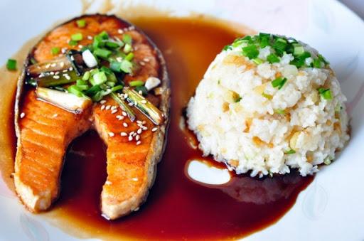อาหารของคนรักสุขภาพ  ที่มีคุณประโยชน์ คือ ปลาแซลมอน เป็นที่นิยมเป็นอย่างมาก รับประทานแบบสด ๆหรือแบบนำมาประกอบอาหารโดยการทอด ย่าง