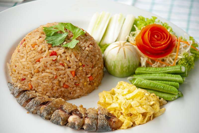เมนูข้าวน้ำพริกปลาย่าง เป็นเมนูที่ตอบโจทย์ของคนชอบทานเปรี้ยวด้วยรสชาติของน้ำพริกที่มีมะขามเปียกสับละเอียดเป็นส่วนผสม