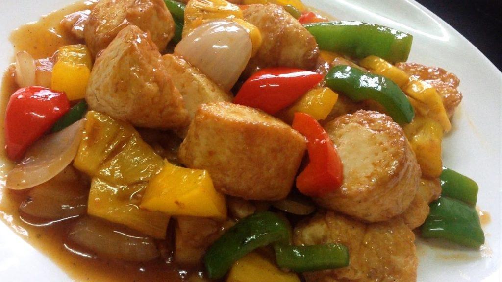 ขั้นตอนการทำซอสเปรี้ยวหวานผัดเต้าหู้ปลา การทำน้ำซอสเปรี้ยวหวานใช้ซอสมะเขือเทศ น้ำตาลทรายแดง ซอสพริก ซีอิ๊วขาว น้ำส้มสายชูลซอสหอยนางรม แล้วนำมาผสมกับ แป้งข้าวโพด