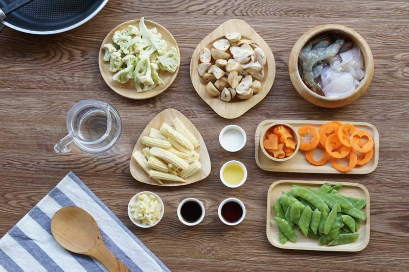 การทำผัดผักรวมมิตร ต้องเตรียมผักต่างๆ โดยการล้างผักให้สะอาดก่อน ทั้งแครอท ถั่วลันเตา ข้าวโพดอ่อน เห็ดฟาง ดอกคะน้า หรือจะเป็นผักชนิดอื่นๆ และจะต้องเตรียมเนื้อสัตว์ด้วย