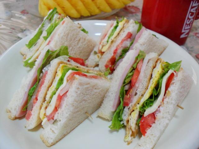 การทําแซนวิช มื้อง่ายยามเช้าอร่อยอิ่มท้อง แซนวิชที่ประกอบไปด้วยผัก และ ทำให้มีสุขภาพดี