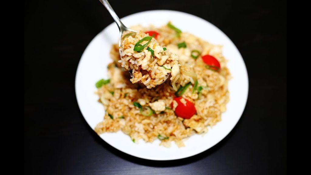 เมนูอาหารลดพุง อาหารจานด่วน เมนูที่สาม คือ ข้าวผัด มีส่วนประกอบของข้าว เนื้อสัตว์ และผักใบเขียว อย่างผักคะน้า ผักสีส้ม