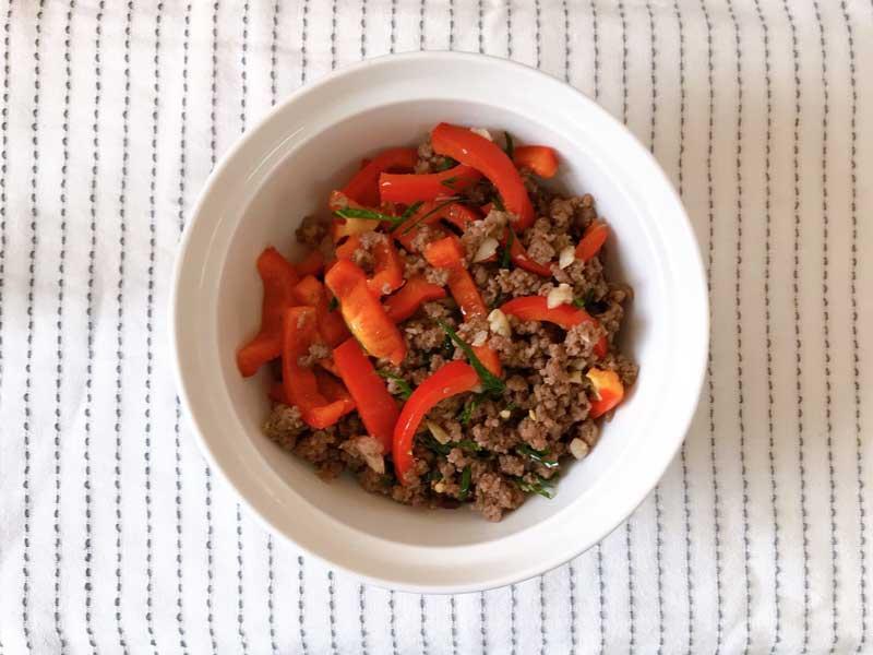 เมนูอาหารเด็กหอ ที่ทำง่ายได้ประโยชน์ เมนูที่สองที่จะมาแนะนำ คือ ข้าวหน้าเนื้อคั่วเกลือ เมนูอาหารสำหรับเด็กหอสายทานเนื้อ