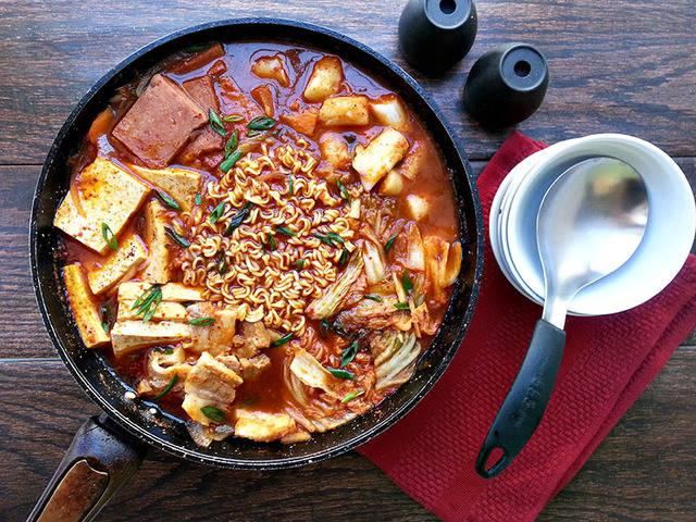 เมนูอาหารสไตล์เกาหลี ที่บอกเลยว่าอร่อยทำง่ายทำทานเองได้ที่บ้าน เมนูแรกที่แอดอยากจะมาแนะนำ คือ บูเดชิกา หรือหม้อไฟเกาหลี