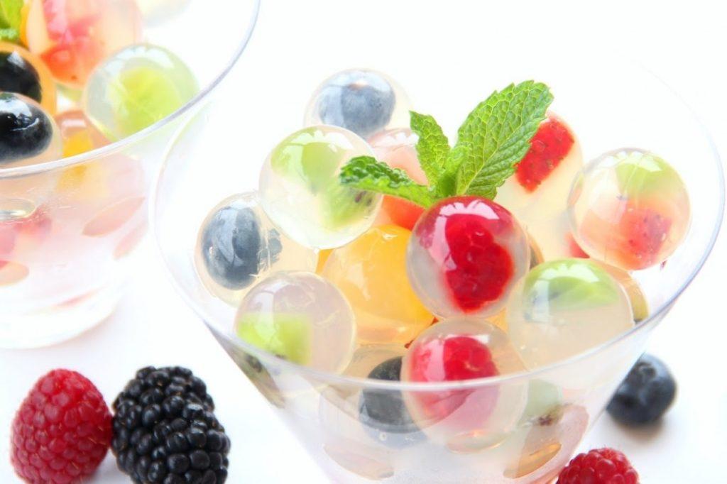 เมนูวุ้นคลายร้อน คือ วุ้นผลไม้วุ้นผลไม้ นั้น สามารถเลือกประเภทของผลไม้ที่คุณชอบได้เลย เช่น กีวี่ องุ่น ส้ม สับปะรด โดยการตกแต่งบนหน้าวุ้น