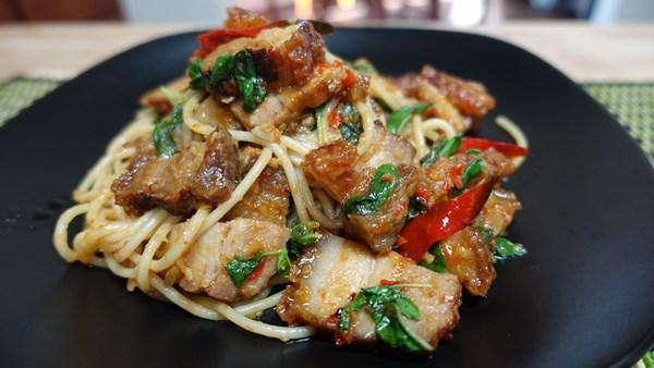 เมนูอาหารจากหมูแดง ที่บอกเลยว่าอร่อยและทำง่าย ๆ ทานที่บ้านได้แบบทั้งครอบครัว เมนูที่สามที่แอดอยากจะแนะนำ คือ เกี้ยมอี๋หมูแดงหมูกรอบ