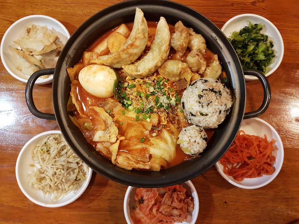 """ร้านอาหาร สไตล์เกาหลี """"Baanoppa"""" ที่มีเมนูยอดนิยมที่เหมือนใน Series เกาหลีให้เลือกกันอย่างมากมายไม่ว่าจะเป็น ต๊อกโบกี คิมบับ"""