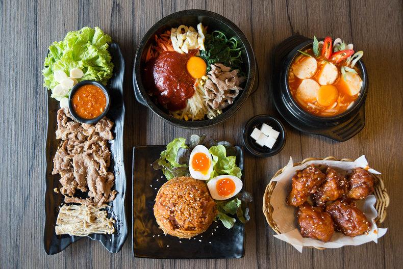 """จุดเด่นของ ร้านอาหาร สไตล์เกาหลี """"Kimchi Hour""""แห่งนี้อยู่ที่ไก่ทอดเกาหลี"""