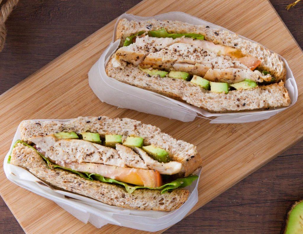 เมนูอาหารคลีนยามเช้า คือ แซนวิชอกไก่ เป็นเมนูมื้อเช้าที่ประหยัดเวลาและสามารถทำได้ง่ายๆ วัตถุดิบหลักคือขนมปังและอกไก่