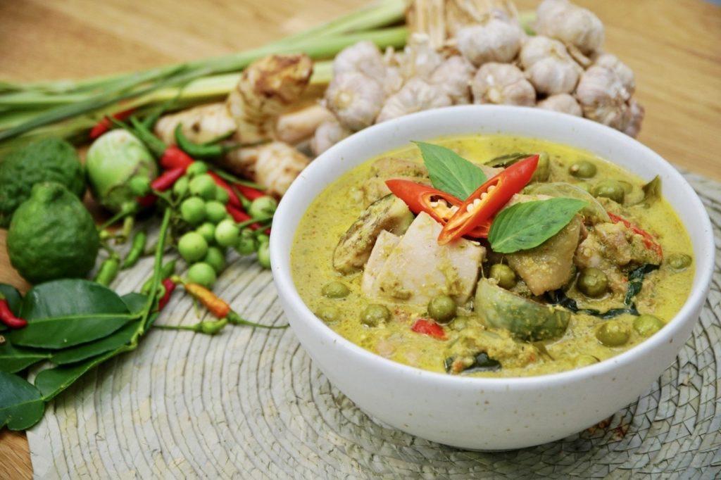"""อาหารจานเผ็ดของไทย อาหารจานที่สอง เป็นที่นิยมมากในหมู่ชาวญี่ปุ่น เรียกอาหารจานนี้ว่า """"กรีนคาเระ""""หรือแกงเขียวหวาน"""