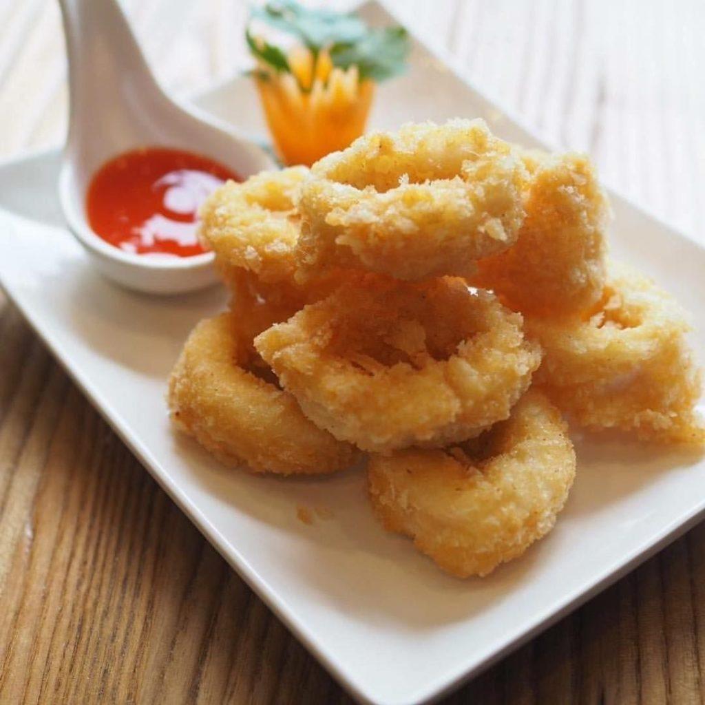 เมนูอาหารจากปลากหมึก ที่บอกเลยว่าอร่อยไม่เหมือนใครและสามารถทำทานเองแบบง่าย ๆ เมนูที่สามที่แอดอยากจะมาแนะนำ คือ ปลาหมึกชุบแป้งทอด