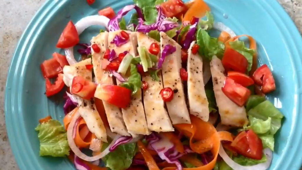 เมนูอาหารแนวสลัดอกไก่ ที่บอกเลยว่าอร่อยทำได้ง่าย ๆ สุขภาพดี คือ สลัดอกไก่สูตรเฮลธ์ตี้ เป็นเมนูอาหารเพื่อสุขภาพที่น่าทำงานมาก