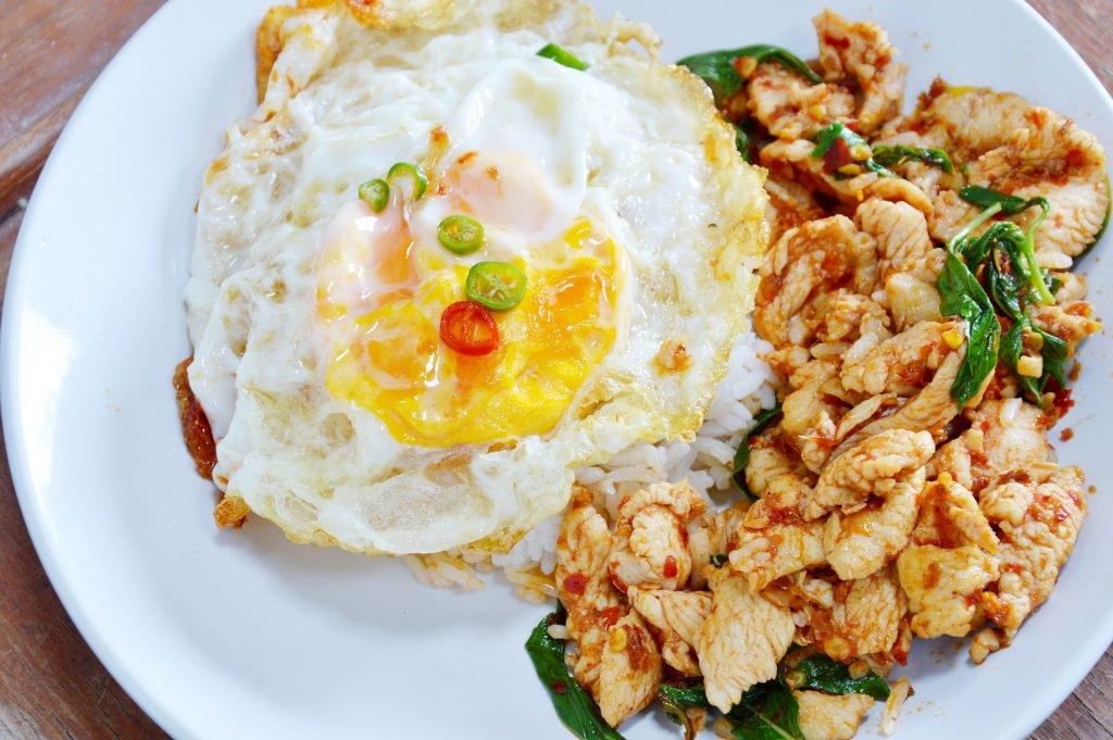 เมนูข้าวผัดกระเพราอกไก่ เสิร์ฟร้อน ๆ คู่กับไข่ดาว เมนูคนรักสุขภาพ