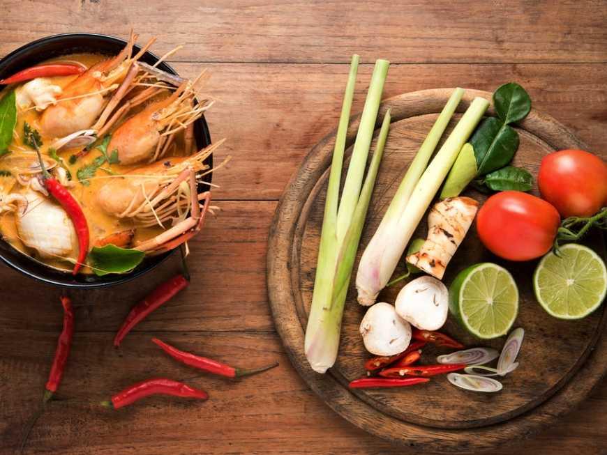 เมนูอาหารไทย ต้มยำกุ้งนั้น มีทั้ง ขิง ข่า ตะไคร้ ใบมะกรูด พริกขี้หนู มะนาว เห็ดฟาง
