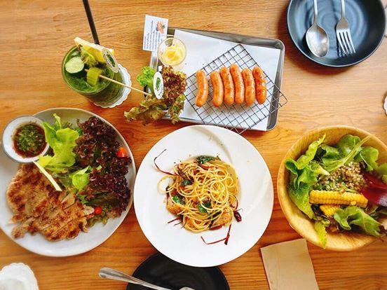 ร้านอาหารย่านพุทธมณฑล ร้านอาหารแรก คือ หวานกรอบ Farm & Café