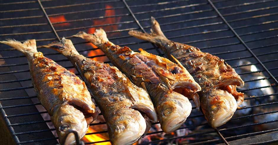 การย่างปลา ใช้ตะแกรงและถ่านไม้